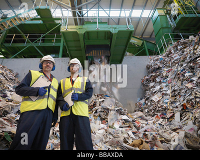 Arbeitnehmer In Recycling-Anlage - Stockfoto