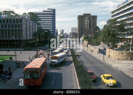 Öffentliche Busse und andere Verkehrsteilnehmer auf Seventh Avenue oder Septima Avenida in Guatemala-Stadt - Stockfoto