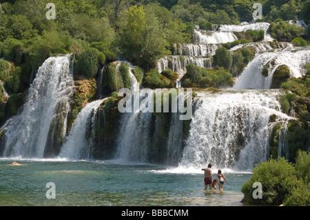Elk192 2339 Kroatien dalmatinische Küste Krka Nationalpark Wasserfälle Familie schwimmen - Stockfoto
