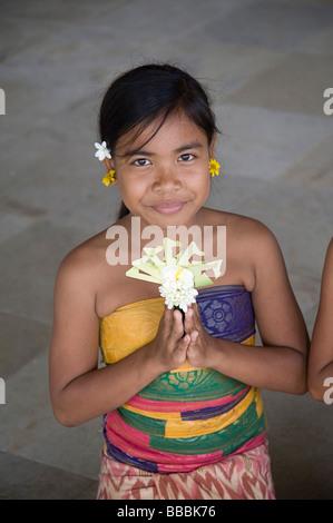 Asiatische Mädchen Blumen; - Stockfoto