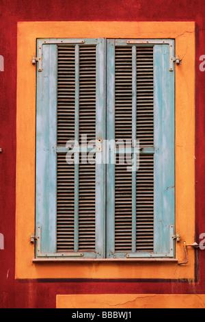 Typische französische Fenster auf Wohngebäude in Vielle Ville-Altstadt von Nizza Frankreich - Stockfoto