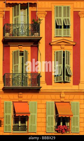 Typische französische Fenster auf Wohnhaus in der Nähe des Hafens in Nizza Frankreich - Stockfoto