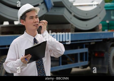 Mann mit harten Helm in Walkie-Talkie sprechen - Stockfoto