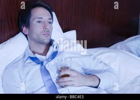 Geschäftsmann im Hotel, vor dem Fernseher - Stockfoto