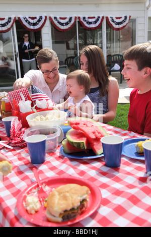 Großes Familientreffen für ein 4. Juli Grill - Stockfoto