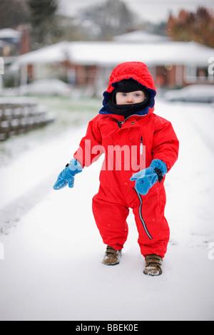 Kleiner Junge spielt im Freien im Winter, Portland, Oregon, USA - Stockfoto
