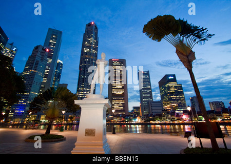 Skyline von Singapur Raffles Statue South East Asia Twilight Singapur - Stockfoto