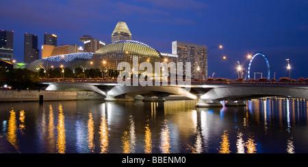 Skyline von Singapur Esplanade Marina Square Riesenrad in der Dämmerung in Südostasien twilight - Stockfoto