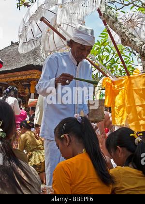 Hindus im Tempel Priester Koningan Ceremoy Bali Indonesien - Stockfoto