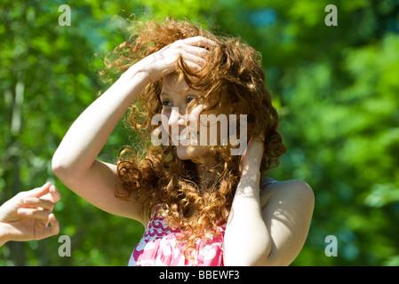 Junge Frau mit roten Haaren im Freien an windigen Tag - Stockfoto