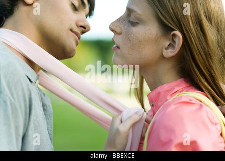 Junges Paar lehnt in zu küssen, Augen geschlossen, seitliche Ansicht - Stockfoto
