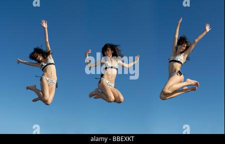 Komposit aus gesehen Teenager dreimal springen in der Luft, Shawnigan Lake Victoria, British Columbia - Stockfoto