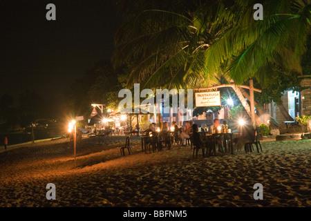 Nacht-Zeit-Restaurant-Szene am Unnawatuna Strand in der Nähe von Galle Sri Lanka. - Stockfoto