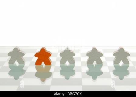 Spielstein stehen inmitten von verschiedenfarbigen zahlen, symbolisch für das Anderssein - Stockfoto
