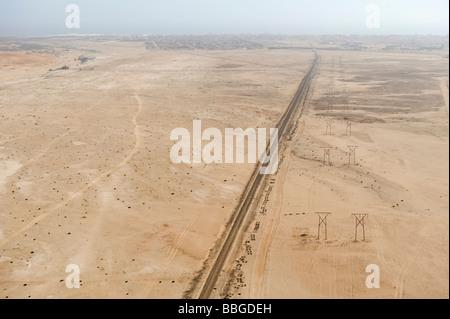 Straße durch die Wüste in der Nähe von Swakopmund, Luftbild, Namibia, Afrika - Stockfoto