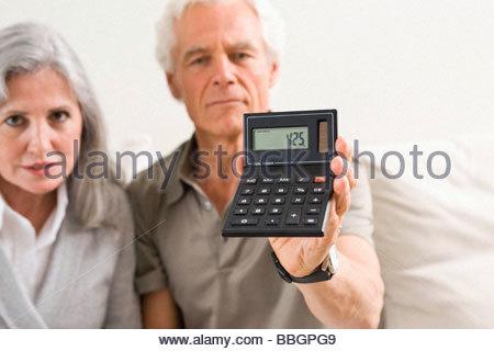 Älteres paar Holding Rechner - Stockfoto