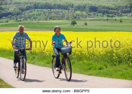 Älteres Paar Reiten Bikepark - Stockfoto