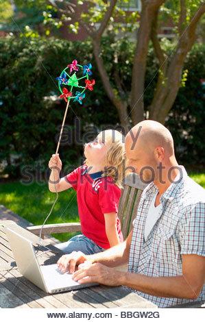 Vater mit Laptop, Sohn spielt mit Wind Turbine, Den Haag, Niederlande - Stockfoto