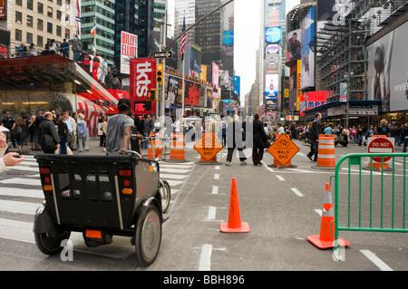 Rikscha-Fahrer geht seine Rikscha, als er das Nordende des Auto freien Abschnitt des Broadway am Times Square betritt - Stockfoto