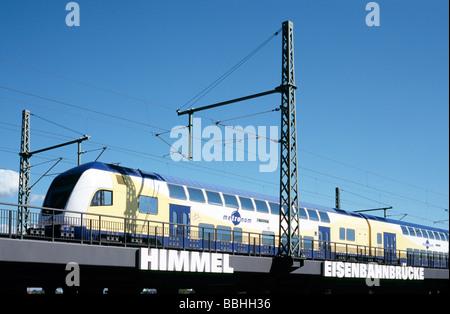 29. Mai 2009 - Metronom Zug überqueren Oberhafenbrücke nach Abflug Hamburg Hauptbahnhof. - Stockfoto