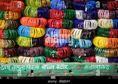 Jodhpur, Indien; Stapel von bunten Armbänder in Ladenfront - Stockfoto