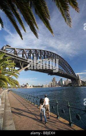 Paare, die durch die Sydney Harbour Bridge, Sydney Opera House und CBD Sydney New South Wales Australien - Stockfoto