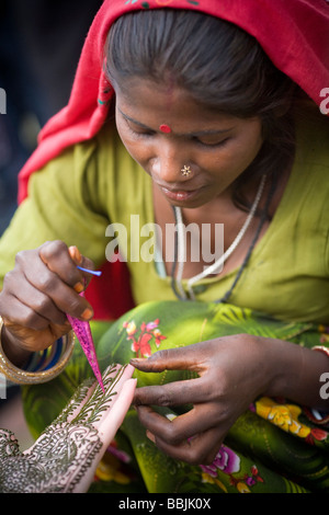 Delhi, Indien; Frau, üben, Henna Tätowierung - Stockfoto