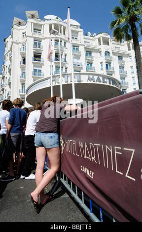 Fans warten Kino Stars außerhalb der Martinez, ein Palasthotel in Cannes, Frankreich, während der Cannes-Film-Kino. - Stockfoto