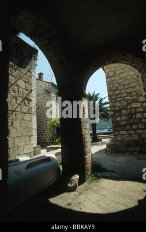 Arcade in Perast, Bucht von Kotor, Montenegro, Balkan - Stockfoto