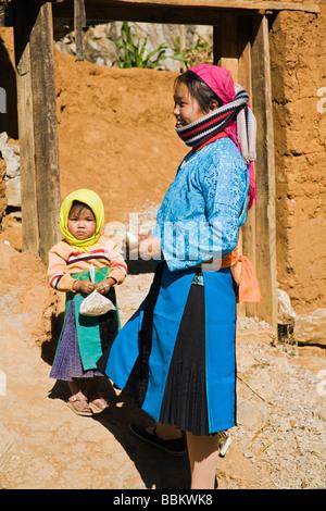 Blaue Hmong Mädchen und ihr Kind in der Nähe von Quyet Tien auf Route 4C in Ha Giang Provinz