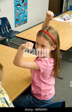 Lächelnde junge Mädchen 5 Jahre Faust alten Anhebung Hände Pumpe freudig triumphalen glücklich Kindergarten Grundschule - Stockfoto