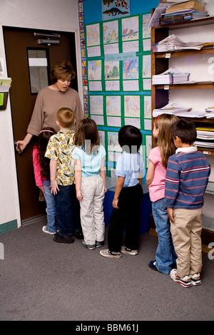 Kinder Line-up an Tür der Klasse Zimmer Multi ethnischen inter ethnische Vielfalt ethnisch vielfältigen multikulturellen Multi kulturelle interracial Kindergarten