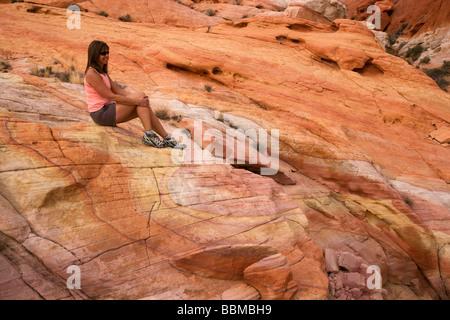 Ein Wanderer im Valley of Fire State Park etwa eine Stunde aus Las Vegas Nevada Modell veröffentlicht - Stockfoto