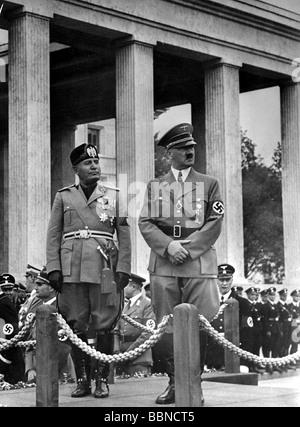 Mussolini, Benito, 29.7.1883 - 28.4.1945, italienischer Politiker in voller Länge, Besuch von Adolf Hitler, Ehrentempel, - Stockfoto