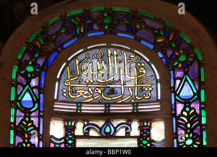 Bunte Glasfenster mit arabischen Inschrift, Apsis, Hagia Sophia, Aya Sofya, Sultanahmet, Istanbul, Türkei - Stockfoto
