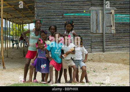 Nachbardorf Provinz, Dominikanische Republik, Karibik, Caribbean; Gruppe junger Mädchen posiert für die Kamera - Stockfoto