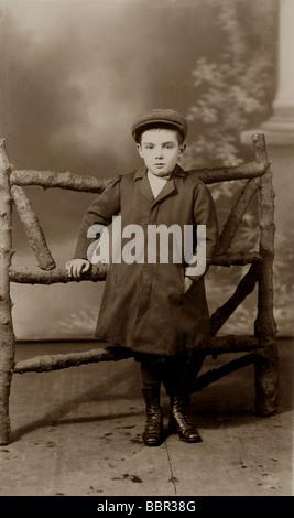 Studioportrait Edwardian jungen tragen eine flache Kappe, Grimsby, U.K.early 1900 - Stockfoto
