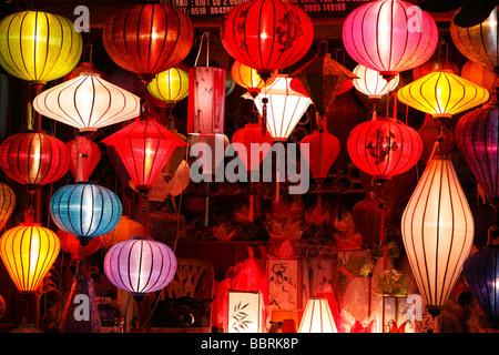 """""""Hoi an ' Shop Stall zu verkaufen bunten orientalische Laternen in der Nacht, Vietnam - Stockfoto"""