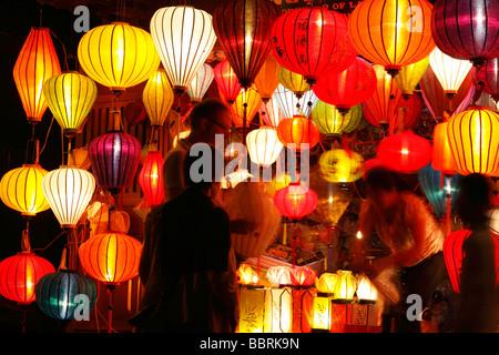 Touristen kaufen Souvenir Laterne aus bunten Shop Stall in der Nacht, ' an ' Hoi an, Vietnam - Stockfoto
