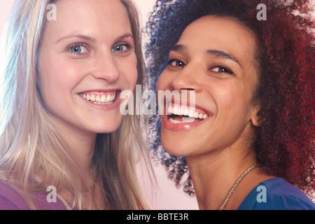 Porträt zweier junger Frauen, lachen - Stockfoto
