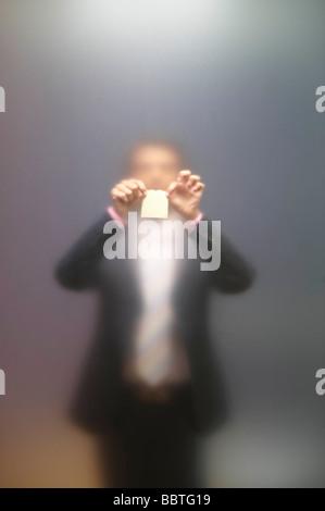 Mann, das Aufstellen von Hinweis auf Milchglas - Stockfoto