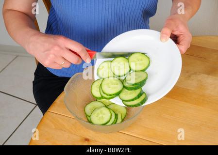 Gurkenscheiben für einen Salat - Stockfoto