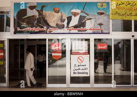 Darstellung der militärischen Oberst sudanesischen Präsidenten Omar Hassan Ahmad al Bashir außerhalb der Afra Alisveris - Stockfoto