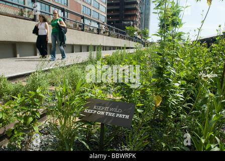 Besucher strömen in die neuen High Line Park im New Yorker Stadtteil Chelsea - Stockfoto