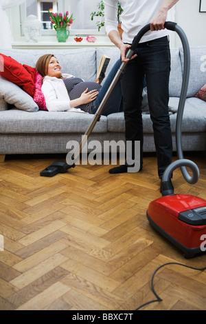 eine frau staubsaugen schweden stockfoto bild 27559309 alamy. Black Bedroom Furniture Sets. Home Design Ideas