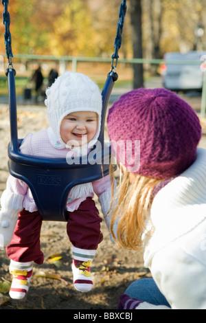 Mutter und Tochter auf einem Spielplatz Schweden. - Stockfoto