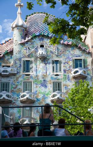 Sightseeing-Bus, vorbei an der Casa Batllo, Barcelona, Spanien - Stockfoto