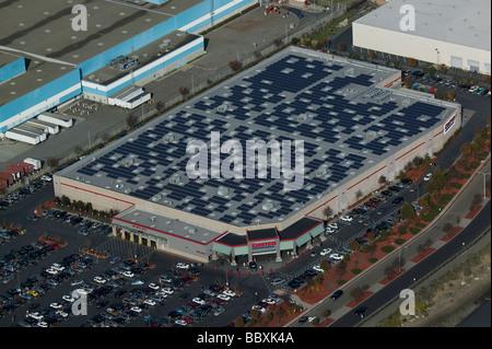 Luftaufnahme über Solarenergie panels Costco Lager auf dem Dach Richmond California - Stockfoto