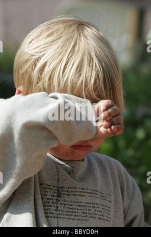 Enttäuscht kleiner Junge mit einem Kleinkind Wutanfall - Stockfoto