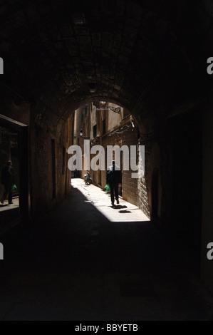 Mann zu Fuß entfernt, auf einer schmalen Straße in alte Stadt Barcelona, Spanien - Stockfoto